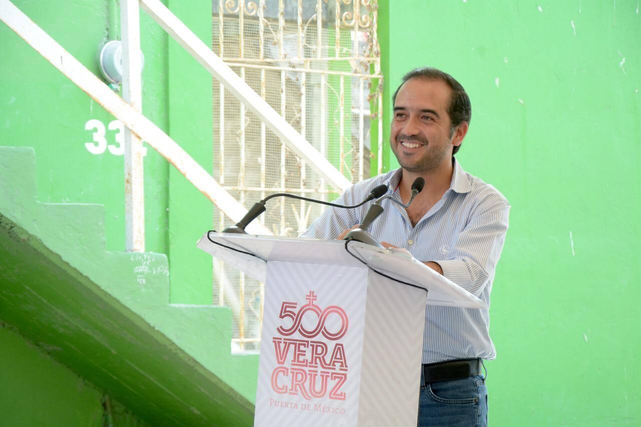 El alcalde de Veracruz, Fernando Yunes Márquez dio inicio a la obra de repavimentación de las calles 13 y 14, entre Arista y Esteban Morales en la colonia Pocitos y Rivera.