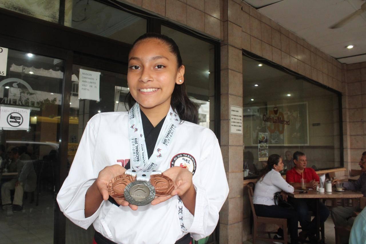 La taekwondoina veracruzana Nicole Dorantes se dijo satisfecha por sus medallas obtenidas en Olimpiada Nacional; ahora se prepara para viajar a una concentración a la que ha sido invitada en Korea del Sur.