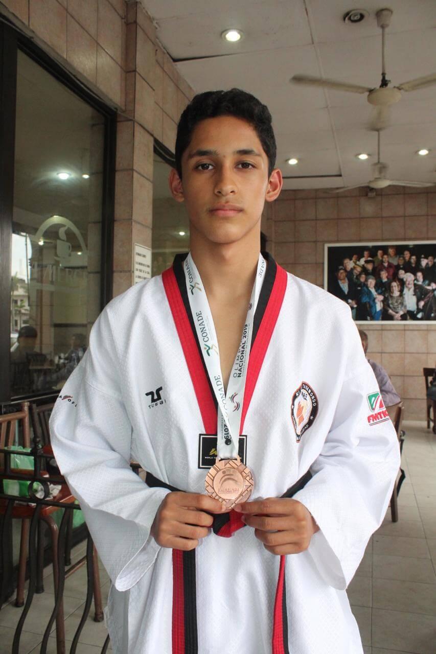 El taekwondoín veracruzano Julián Sánchez está concentrado con la preselección nacional cadetes, el cordobés busca ganarse un lugar en el representativo mexicano que estará compitiendo en el Mundial de dicha especialidad.