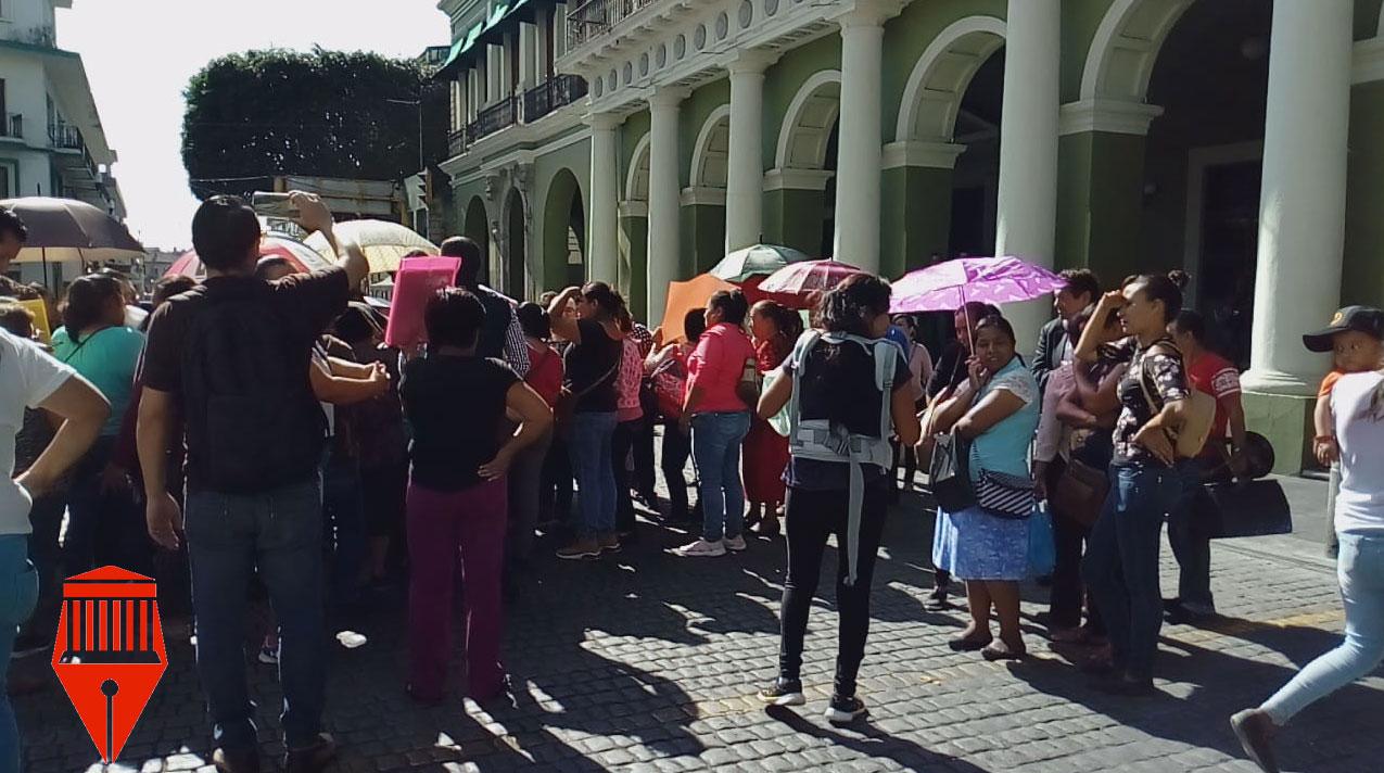 Habitantes de las congregaciones de El Castillo y El Tronconal bloquearon la avenida Juan de la Luz Enríquez para denunciar que no han recibido apoyos de la Secretaría de Bienestar anteriormente del programa Prospera.