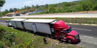 Elementos de la Secretaría de Seguridad Pública rescataron 45 migrantes procedentes de Guatemala, Honduras y El Salvador, tras ser abandonados en la autopista Cosoleacaque-Acayucan, cuando eran trasladados en dos remolques.