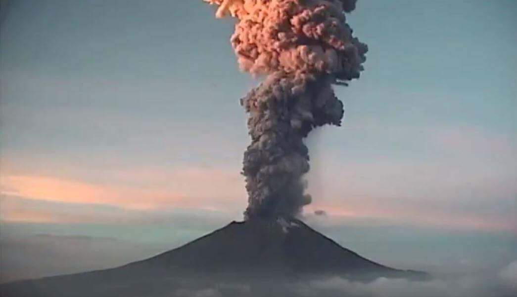 La Coordinación Nacional de Protección Civil, reportó que esta mañana el volcán Popocatépetl registró una explosión cuya fumarola alcanzó entre los cuatro y los cinco kilómetros de altura.