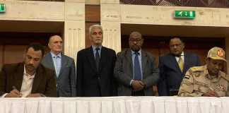 En presencia de mediadores de la Unión Africana (UA) y Etiopía, la oposición sudanesa y la junta militar que detenta el poder desde que derrocó al presidente Omar al Bashir firmaron un acuerdo político para los próximos tres años y tres meses de transición en el país,