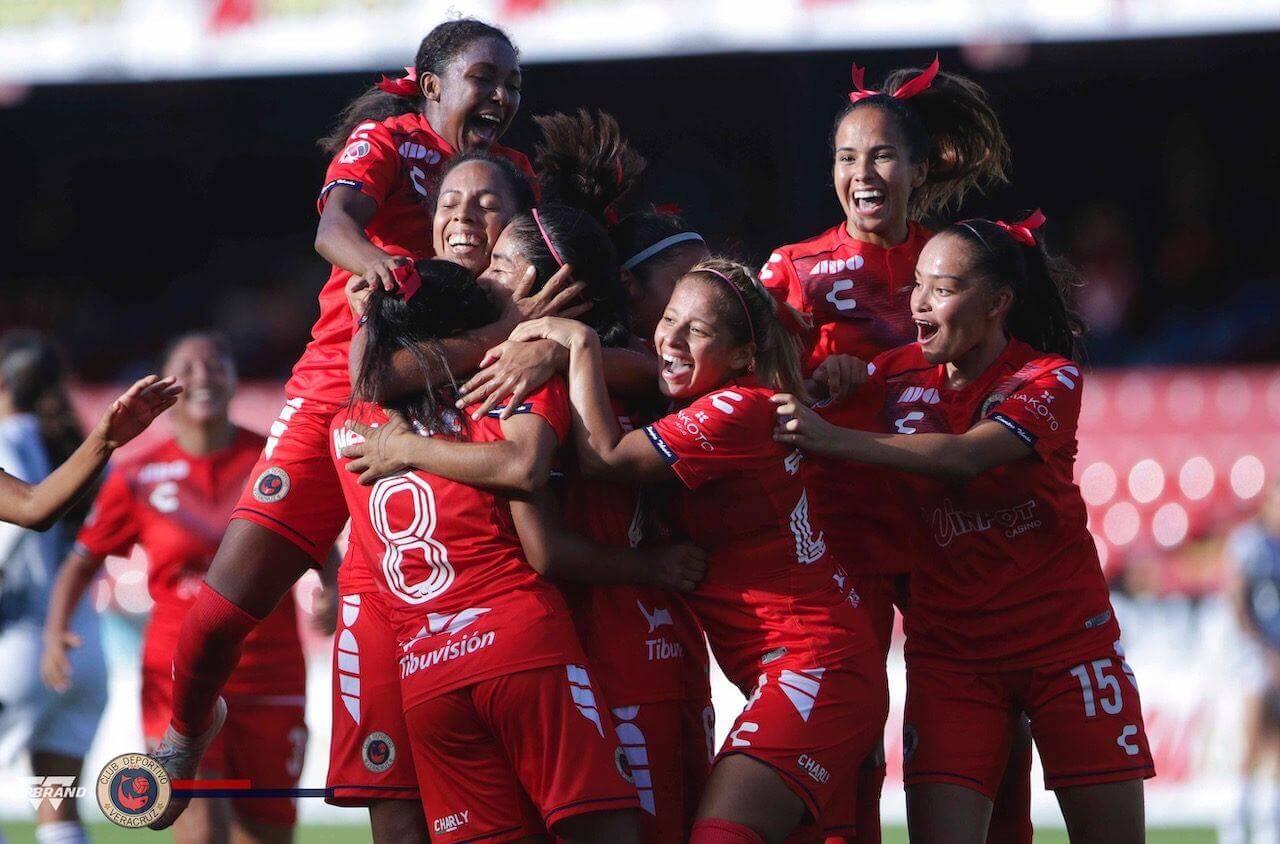"""Los Tiburones Rojos Femenil vencieron por marcador de 2-0 a su similar del Atlas, en partido celebrado en el Estadio Luis de la Fuente """"El Pirata"""", en actividad de la Liga MX Femenil."""