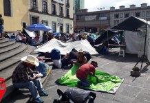 """A partir de este viernes, la organización 400 Pueblos instaló su campamento en el centro de la capital veracruzana, colocando sus """"casas de campaña"""" a un costado del Palacio de Gobierno, en el Parque Juárez y en la explanada de la Plaza Lerdo."""