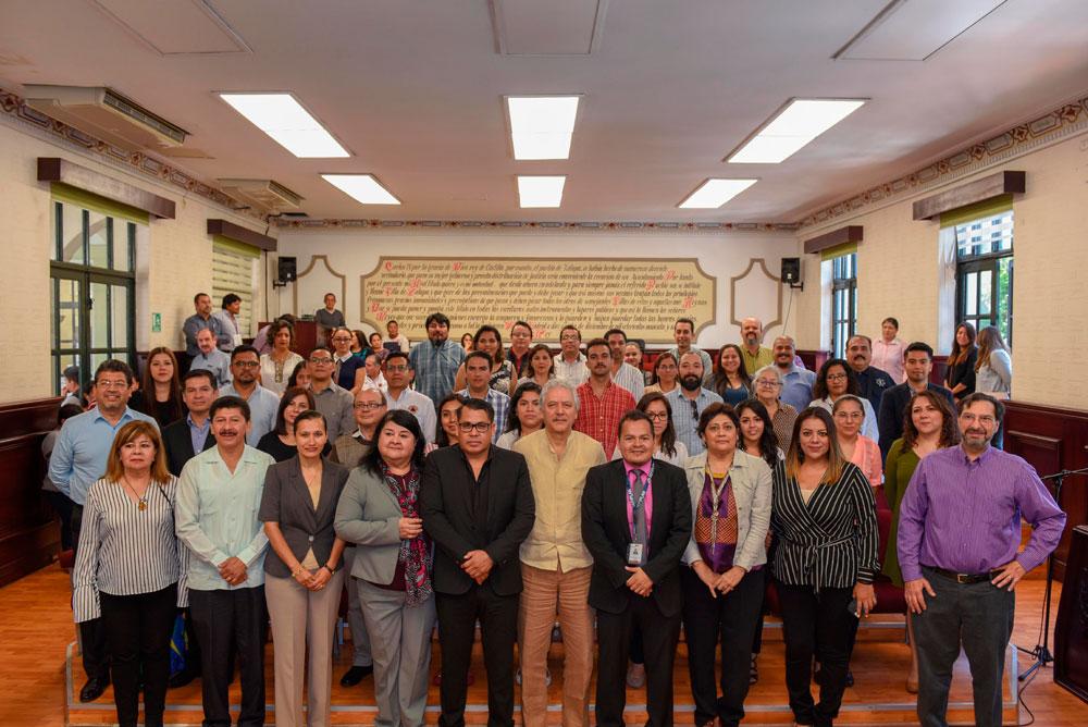 El presidente municipal de Xalapa, Hipólito Rodríguez Herrero realizó la entrega de reconocimientos a personal del ayuntamiento que participó en el curso- taller Diseño y aplicación de programas presupuestarios.