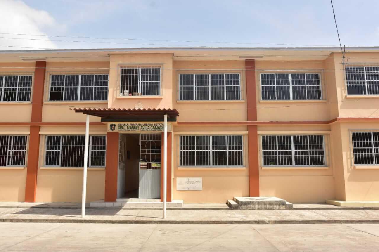 """La Secretaría de Educación de Veracruz (SEV), a través del Instituto de Espacios Educativos (IEEV), entregó la obra de rehabilitación de la Primaria """"General Manuel Ávila Camacho"""