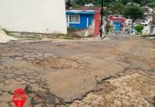 Vecinos de la calle Violeta de la colonia Jardines de Santa Rosa en la ciudad de Xalapa denuncian las pésimas condiciones en las que se encuentran las calles de dicha colonia.