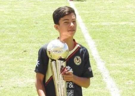 El futbolista veracruzano y canterano del CEFOR Pachuca Veracruz, Christopher González Martínez continuará una temporada más con el Club América de la Liga MX, equipo que lo ha proyectado en sus fuerzas básicas desde hace dos años.
