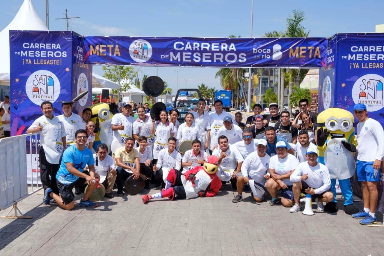 En el marco de las festividades de Santa Ana en Boca del Río, este sábado en punto de las 11:00 horas, comenzó la tradicional Carrera de Meseros en Plaza Banderas, donde 27 hombres y mujeres se dieron cita para participar.