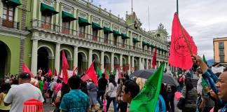 Cientos de integrantes de Antorcha campesina, marcharon este miércoles, por las principales calles del centro histórico de la ciudad de Xalapa, hasta plantarse frente a palacio de gobierno, exigen que se respete su derecho a la vivienda digna luego de lo suscitado el pasado 11 de julio en Villas de Xalapa.