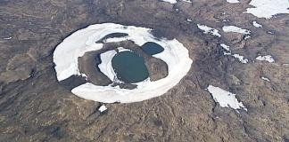"""Dado a la crisis climática en la que se encuentra sumergida actualmente el mundo, unos científicos islandeses se dieron cita en una especie de funeral para despedir a """"Okjökull"""", el primer glacier perdido a raíz de éste problema."""