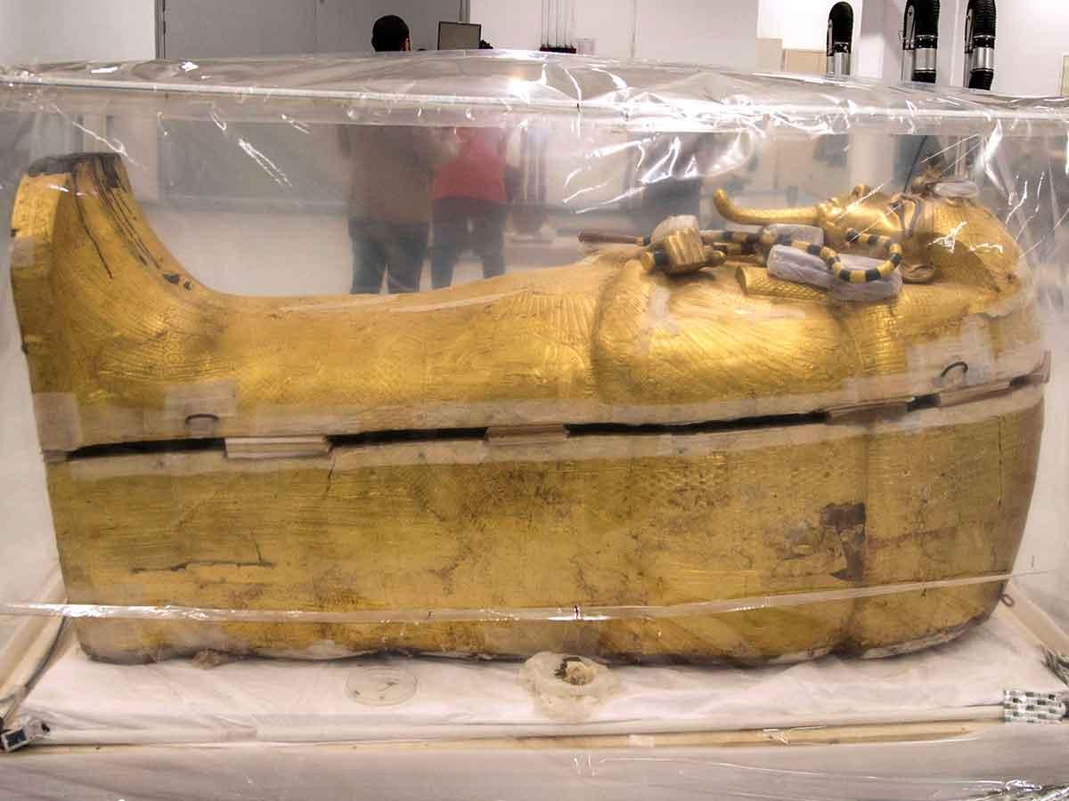 El Gran Museo Egipcio presentó hoy el ataúd dorado del faraón egipcio Tutankamón, trasladado desde el Valle de Los Reyes en Luxor, en el sur de Egipto, para fumigar el féretro como primer paso en el proceso de restauración.