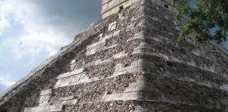 Los rayos del sol bañan con intensidad la zona arqueológica de Chichén Itzá, en el oriente del estado mexicano de Yucatán.