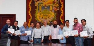 """Autoridades municipales de Xalapa entregaron reconocimientos a funcionariado de diversas áreas que participó en el taller """"Transformación de nuestras masculinidades""""."""
