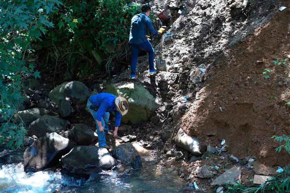 """Autoridades del Ayuntamiento de Xalapa participaron en la campaña """"Limpiemos el río Sedeño"""", organizado por el Comité Municipal de la Juventud de Banderilla."""