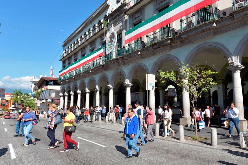Autoridades y funcionariado municipal, así como más de 2 mil alumnos de la Unidad de Ciencias de la Salud de la Universidad Veracruzana (UV) se unieron a la conmemoración de los sismos ocurridos en 1985 y 2017.