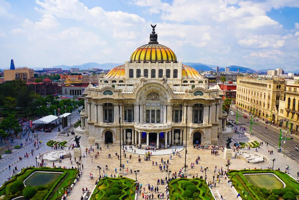 Todo lo que rodea al Palacio de Bellas Artes es icónico. Por un lado, su belleza, majestuosidad y singularidad lo convierten en uno de los teatros más importantes a nivel mundial. Por otro, también es uno de los edificios más representativos de la vibrante cultura de la Ciudad de México, testigo de todo tipo de eventos y referente de su identidad urbana.
