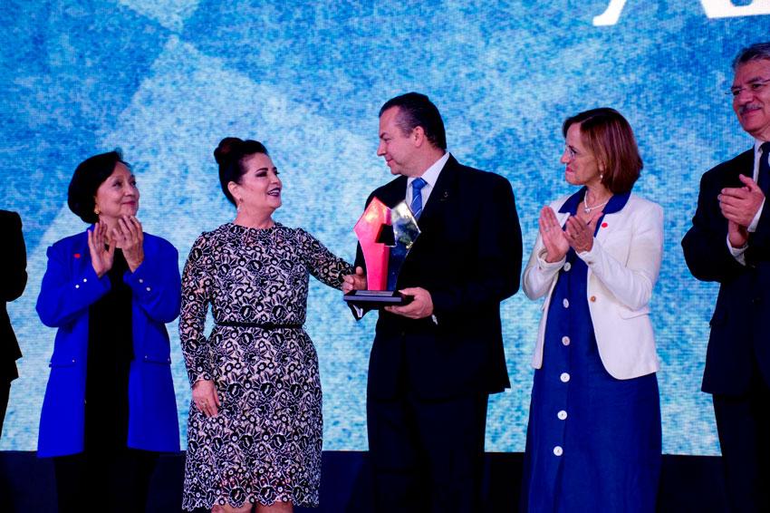 La noche de este miércoles, el alcalde de Boca del Río, Humberto Alonso Morelli recibió el premio de Sostenibilidad 2019.