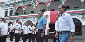 Este jueves, el alcalde de Veracruz, Fernando Yunes Márquez, en compañía del cuerpo edilicio y personal del H. Ayuntamiento de Veracruz se dieron cita en el zócalo de este Puerto para recordar a quienes fueron víctimas de los terremotos ocurridos en la Ciudad de México en el año de 1985 y 2017.