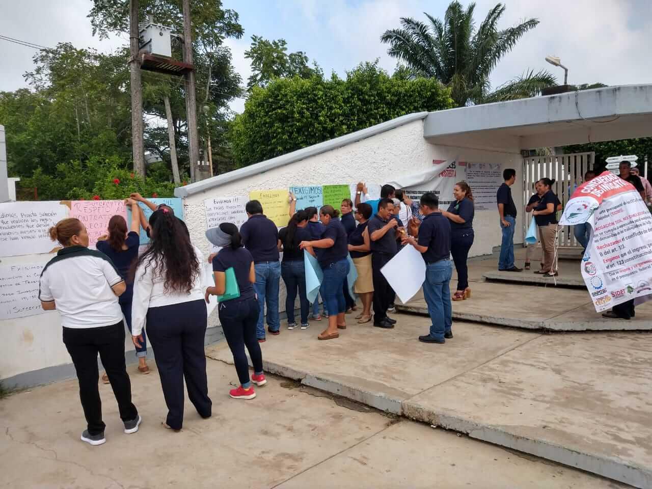 Docentes y administrativos de los 31 planteles pertenecientes al Colegio de Estudios Científicos y Tecnológicos del Estado de Veracruz (CECyTEV) se manifestaron este viernes a través de redes sociales, para dar a conocer el pliego petitorio de pagos pendientes que tiene la Secretaría de Educación de Veracruz (SEV) con dichos agremiados.