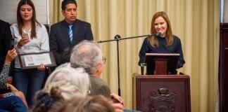 Tras firmar el libro de visitantes distinguidos, María Rojo expresó que Xalapa la acompaña a todas partes desde 1966.