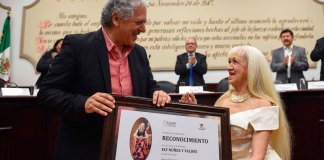 Los integrantes del Cabildo entregaron un reconocimiento a la poetisa Ely Núñez y Valdés, en Sesión Solemne celebrada este martes, por sus 50 años de trayectoria profesional en el ámbito de la poesía, la música y las bellas artes.