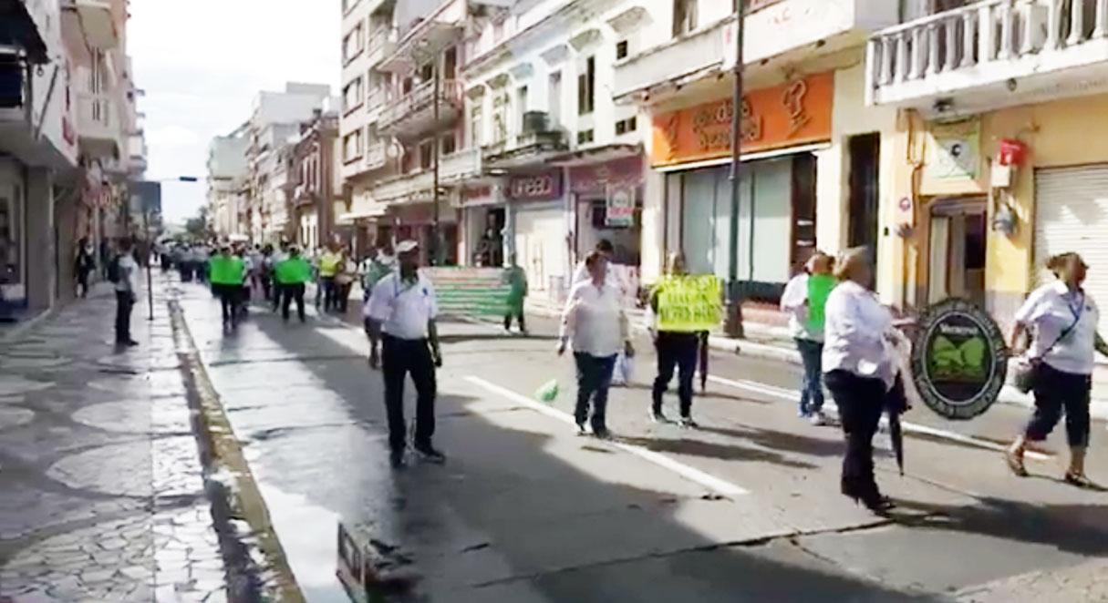 Jubilados del Instituto Mexicano del Seguro Social (IMSS) marcharon, este miércoles, por las calles del centro de Veracruz, exigiendo el pago de la subcuenta de vejez y cesantía de Afore.