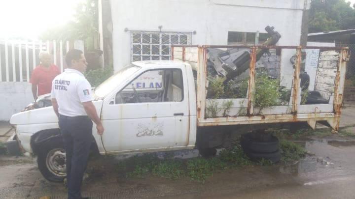 Retiran auto-macetas en Coatzacoalcos