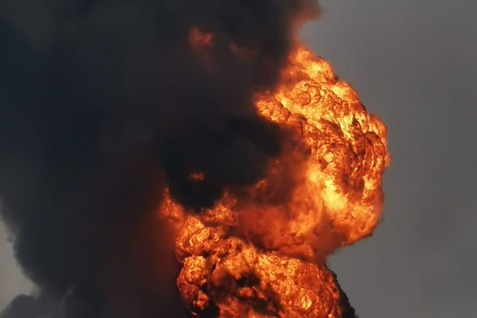 Reportan explosiones en la refinería de PEMEX en Minatitlán.