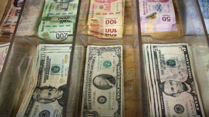Peso gana por tercera sesión ante debilitamiento del dólar; BMV cierra plana