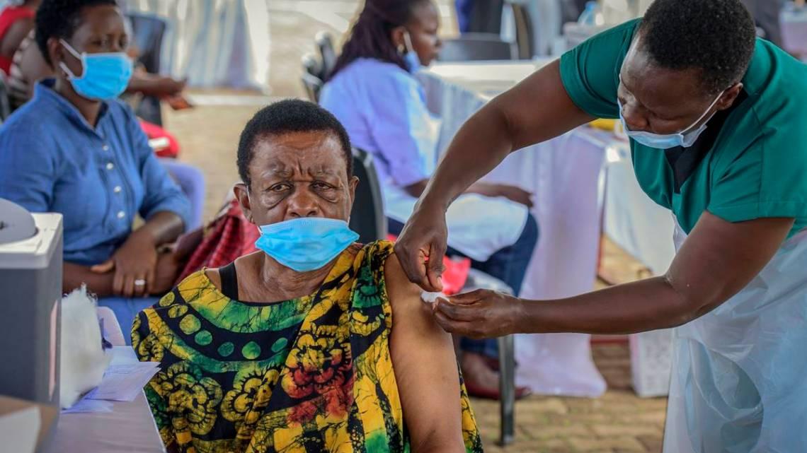 Escándalo en Uganda: cientos de personas recibieron vacunas falsas contra el Covid-19