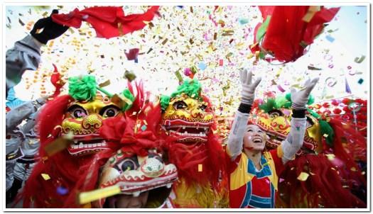 Sur ce cliché datant du 22 janvier 2012 pris à Pékin, en Chine, des danseurs folkloriques célèbrent le Nouvel An lunaire en exécutant la danse du lion lors de célébrations devant un temple. Photographie de image fournie avec l'aimable autorisation de FENG LI