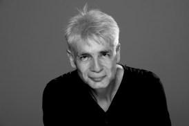 Un homme d'une cinquantaine d'année, Pierre-François Kettler, pose face public avec un léger sourire (grand format)