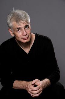 Un homme d'une cinquantaine d'années, aux cheveux blancs, Pierre-François Kettler, pose devant la photographe (moyen format Couleurs) (Il va tomber)