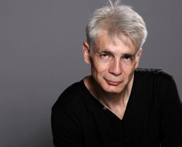 Un homme d'une cinquantaine d'années, aux cheveux blancs, Pierre-François Kettler, pose devant la photographe (moyen format Couleurs) (10)