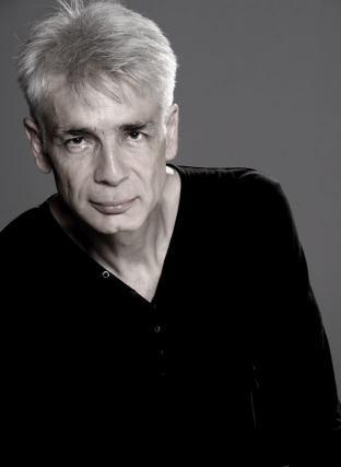 Un homme d'une cinquantaine d'années, aux cheveux blancs, Pierre-François Kettler, pose devant la photographe (moyen format N&B) (Caliméro)