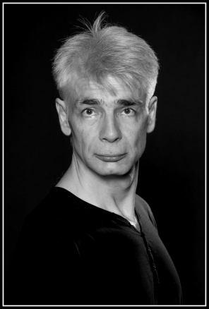 Un homme d'une cinquantaine d'années, aux cheveux blancs, Pierre-François Kettler, pose devant la photographe (moyen format N&B) (Il est ahuri)