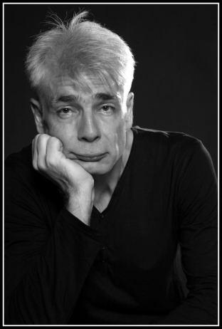Un homme d'une cinquantaine d'années, aux cheveux blancs, Pierre-François Kettler, pose devant la photographe (moyen format N&B) (Bof !)