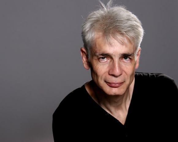 Un homme d'une cinquantaine d'années, aux cheveux blancs, Pierre-François Kettler, pose devant la photographe (moyen format Couleurs) (6)