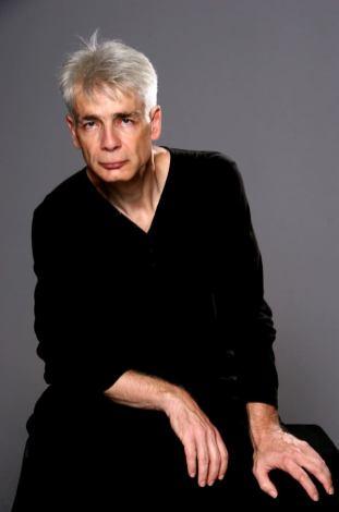 Un homme d'une cinquantaine d'années, aux cheveux blancs, Pierre-François Kettler, pose devant la photographe (moyen format Couleurs) (9)
