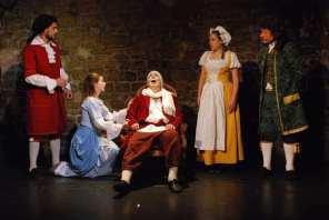 Argan, le malade (Pierre-François Kettler) , joue la comédie de la mort et bouleverse sa fille