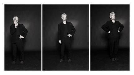 Un hommes d'une cinquantaine d'années, aux cheveux blancs, debout, s'indigne dans trois poses différentes