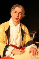 Pierre-François Kettler, la plume à la main,tout sourire, pose dans le costume de Dupuy Vauban qu'il interprétait dans le spectacle Vauban