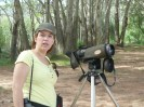 """Carolina """"enfrentándose"""" al telescopio. A veces no es fácil para los """"no iniciados"""" ;-)"""