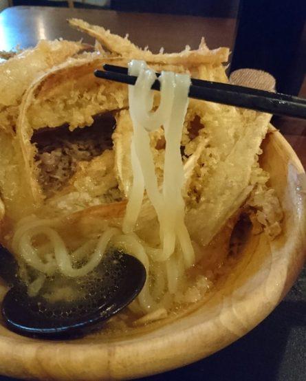 ごぼう天下にあった麺を持ち上げる 半透明である