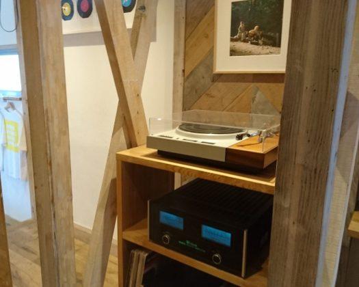 ステレオの名前にちなんでレコード機が置かれている