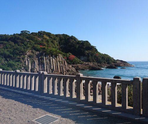 大御神社から見える小山と海岸の様子