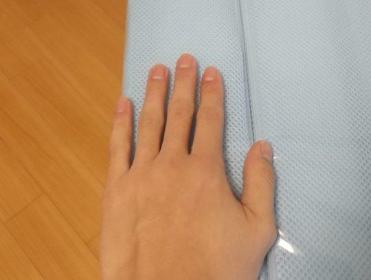 自分の手をマットレスの断面に添える