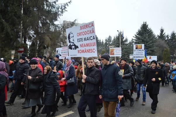FOTO 1.200 de persoane la un marş în favoarea orei de religie desfăşurat la Suceava